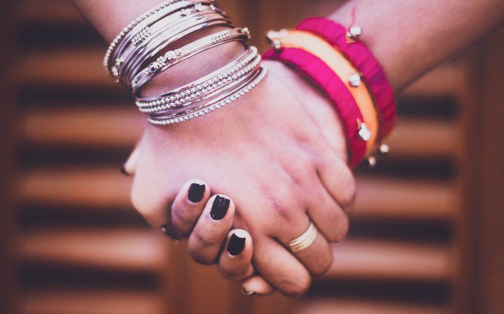 Zwei Hände halten einander liebevoll.